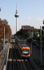Mannheim/2273/eine-oeg-in-mannheim-vor-dem Eine OEG in Mannheim vor dem Fernsehturmfährt auf die Haltestelle Lessingstrasse zu.