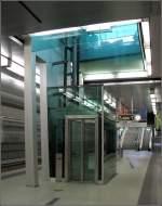 Nurnberg U3/2879/maxfeld-der-bahnhof-liegt-in-geringer Maxfeld: Der Bahnhof liegt in geringer Tiefenlage, die Treppen und der Aufzug führen direkt zur Oberfläche. Die beiden Streckentunnelröhren zum Verzweigungsbahnhof Rathenauplatz entstanden in unterirdischer Bauweise. 28.06.2008 (Jonas)